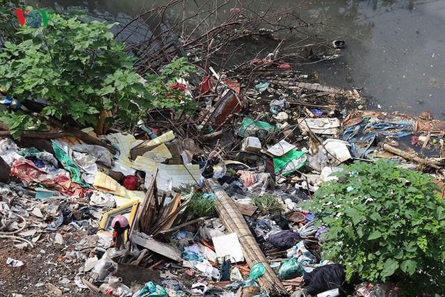 Rùng mình cảnh sống trong rác dưới chân cầu Long Biên - Ảnh 7.