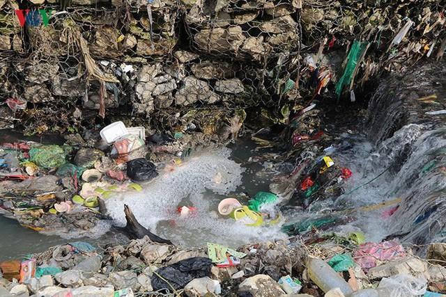 Rùng mình cảnh sống trong rác dưới chân cầu Long Biên - Ảnh 8.