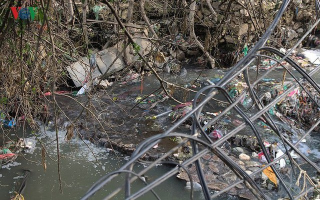 Rùng mình cảnh sống trong rác dưới chân cầu Long Biên - Ảnh 9.