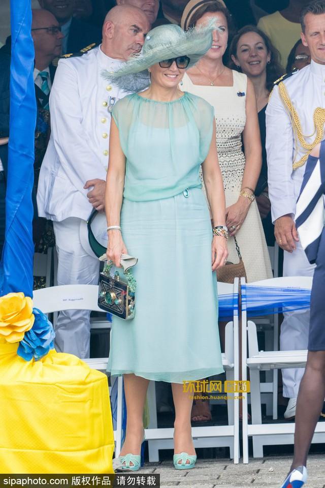 Tại Hoàng gia Hà Lan, cũng có một vị Hoàng hậu chuyên mặc đồ sặc sỡ cạnh tranh với Nữ hoàng Anh - Ảnh 7.