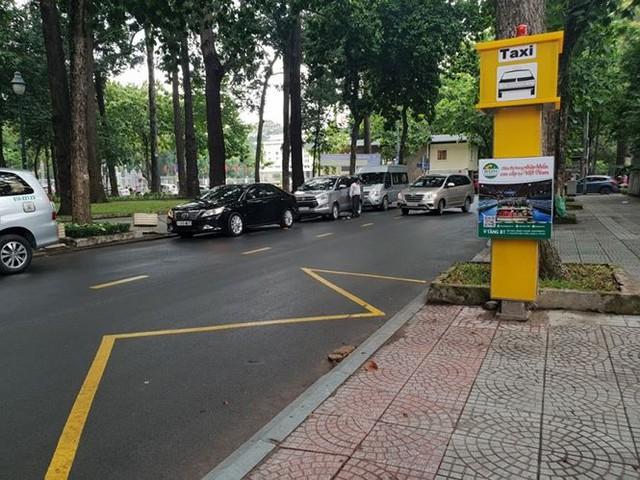 Bến taxi đầu tiên ở TPHCM ế khách trong ngày đầu thí điểm   - Ảnh 7.