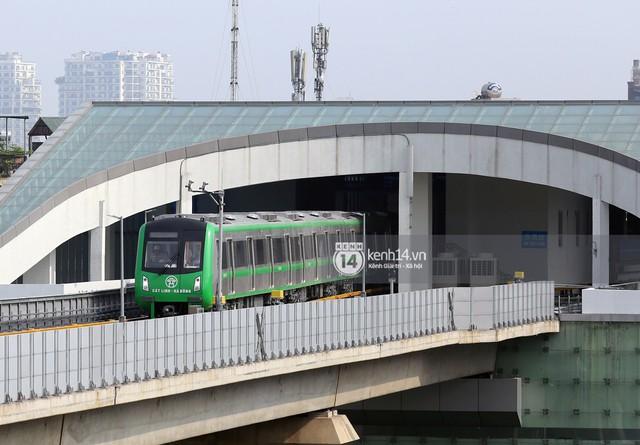 Clip: Hành trình 15 phút đoàn tàu đường sắt trên cao lao vun vút từ ga Cát Linh tới Yên Nghĩa - Ảnh 2.