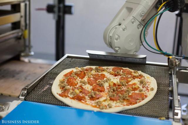Đây là lý do vì sao sản xuất pizza bằng robot có thể hạ gục những ông lớn như Dominos hay Pizza Hut - Ảnh 1.