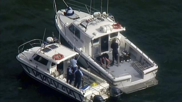 Cảnh sát và thợ lặn làm việc tại hiện trường vụ tai nạn máy bay làm gia đình CEO Compass Richard Cousins thiệt mạng.