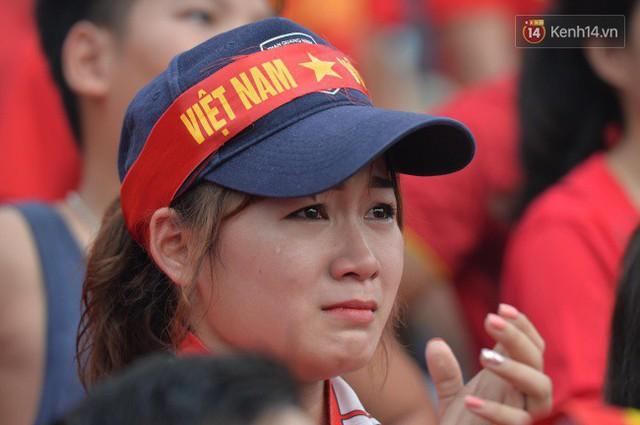 Ảnh: Người hâm mộ thẫn thờ, ôm mặt khóc nức nở khi Olympic Việt Nam vuột mất HCĐ ASIAD một cách đáng tiếc sau loạt đá luân lưu - Ảnh 2.