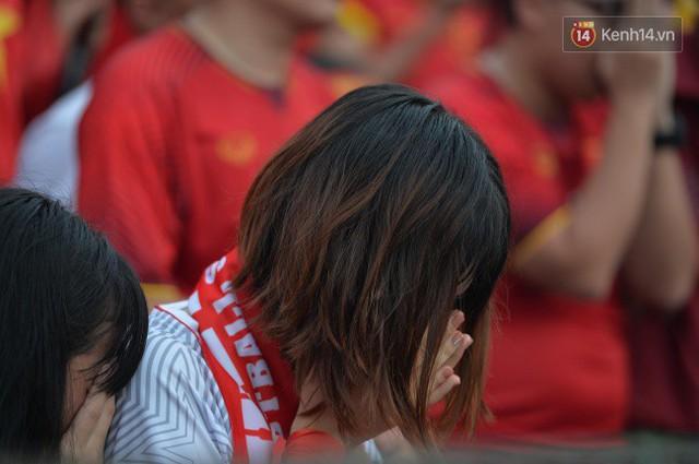 Ảnh: Người hâm mộ thẫn thờ, ôm mặt khóc nức nở khi Olympic Việt Nam vuột mất HCĐ ASIAD một cách đáng tiếc sau loạt đá luân lưu - Ảnh 11.