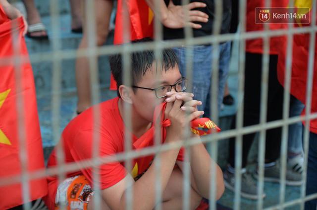 Ảnh: Người hâm mộ thẫn thờ, ôm mặt khóc nức nở khi Olympic Việt Nam vuột mất HCĐ ASIAD một cách đáng tiếc sau loạt đá luân lưu - Ảnh 12.