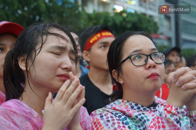 Ảnh: Người hâm mộ thẫn thờ, ôm mặt khóc nức nở khi Olympic Việt Nam vuột mất HCĐ ASIAD một cách đáng tiếc sau loạt đá luân lưu - Ảnh 14.