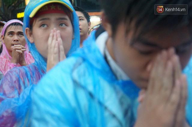 Ảnh: Người hâm mộ thẫn thờ, ôm mặt khóc nức nở khi Olympic Việt Nam vuột mất HCĐ ASIAD một cách đáng tiếc sau loạt đá luân lưu - Ảnh 15.