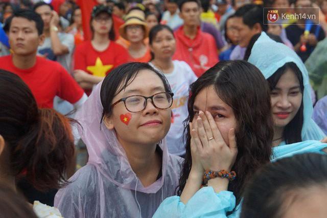 Ảnh: Người hâm mộ thẫn thờ, ôm mặt khóc nức nở khi Olympic Việt Nam vuột mất HCĐ ASIAD một cách đáng tiếc sau loạt đá luân lưu - Ảnh 16.