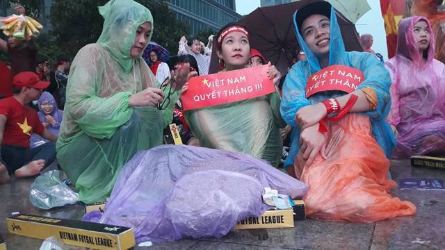 Người Sài Gòn nổi lửa giữa mưa ở phố đi bộ Nguyễn Huệ cổ vũ Olympic Việt Nam - Ảnh 3.