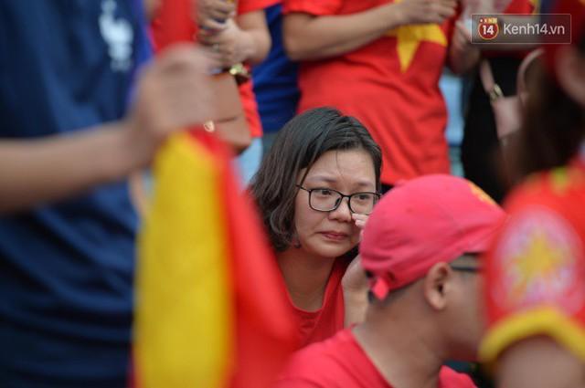 Ảnh: Người hâm mộ thẫn thờ, ôm mặt khóc nức nở khi Olympic Việt Nam vuột mất HCĐ ASIAD một cách đáng tiếc sau loạt đá luân lưu - Ảnh 3.