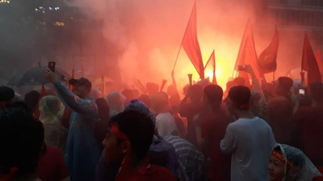 Người Sài Gòn nổi lửa giữa mưa ở phố đi bộ Nguyễn Huệ cổ vũ Olympic Việt Nam - Ảnh 4.