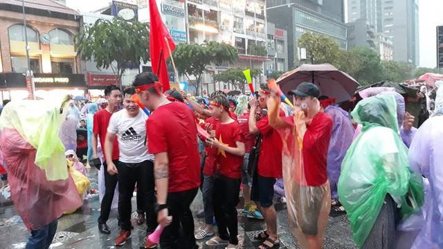 Người Sài Gòn nổi lửa giữa mưa ở phố đi bộ Nguyễn Huệ cổ vũ Olympic Việt Nam - Ảnh 5.