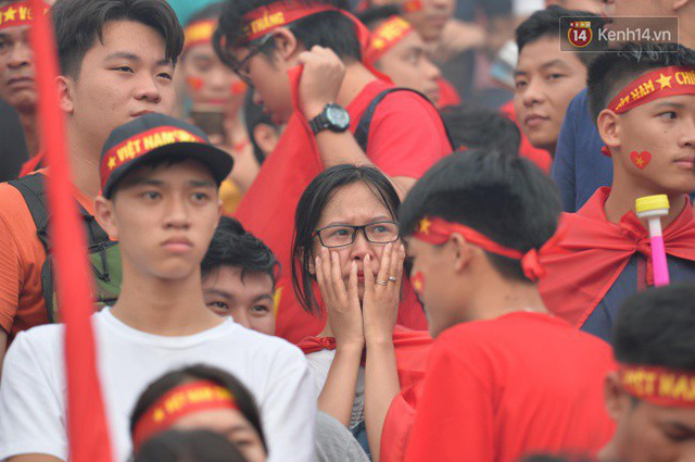 Ảnh: Người hâm mộ thẫn thờ, ôm mặt khóc nức nở khi Olympic Việt Nam vuột mất HCĐ ASIAD một cách đáng tiếc sau loạt đá luân lưu - Ảnh 6.
