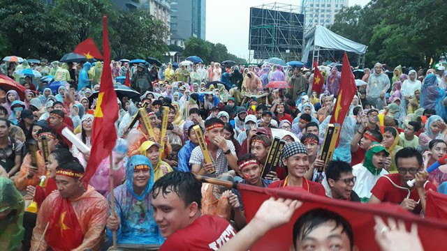 Người Sài Gòn nổi lửa giữa mưa ở phố đi bộ Nguyễn Huệ cổ vũ Olympic Việt Nam - Ảnh 7.