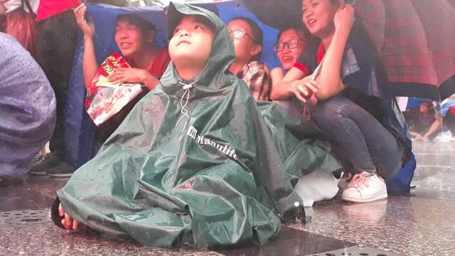 Người Sài Gòn nổi lửa giữa mưa ở phố đi bộ Nguyễn Huệ cổ vũ Olympic Việt Nam - Ảnh 8.
