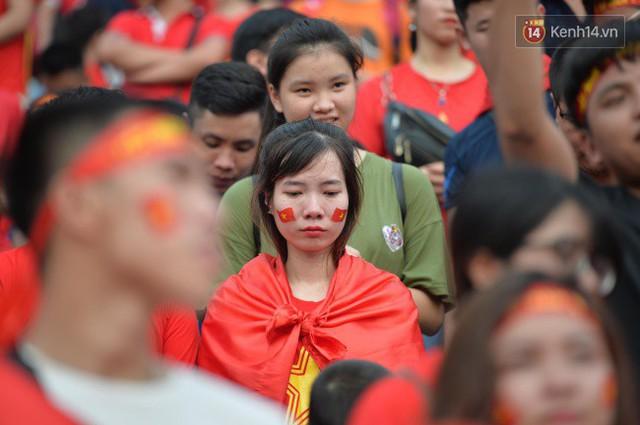 Ảnh: Người hâm mộ thẫn thờ, ôm mặt khóc nức nở khi Olympic Việt Nam vuột mất HCĐ ASIAD một cách đáng tiếc sau loạt đá luân lưu - Ảnh 8.