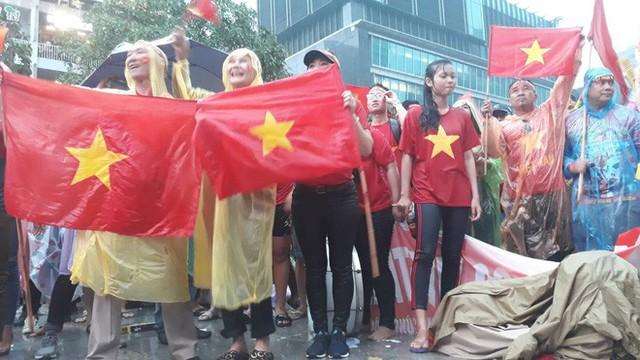 Người Sài Gòn nổi lửa giữa mưa ở phố đi bộ Nguyễn Huệ cổ vũ Olympic Việt Nam - Ảnh 9.