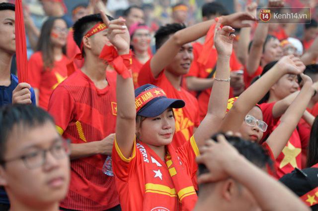 Ảnh: Người hâm mộ thẫn thờ, ôm mặt khóc nức nở khi Olympic Việt Nam vuột mất HCĐ ASIAD một cách đáng tiếc sau loạt đá luân lưu - Ảnh 9.