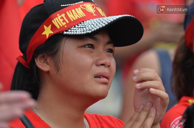 Ảnh: Người hâm mộ thẫn thờ, ôm mặt khóc nức nở khi Olympic Việt Nam vuột mất HCĐ ASIAD một cách đáng tiếc sau loạt đá luân lưu - Ảnh 10.