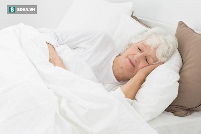 Ngủ bao nhiêu giờ/đêm thì tốt cho tim và tránh bị đột quỵ: Già hay trẻ đều nên tuân thủ - Ảnh 1.