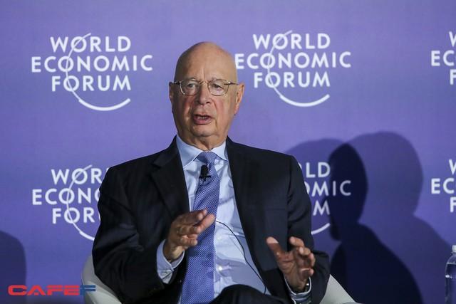 Chủ tịch WEF: Cách mạng 4.0 không phải là để con người trở thành nô lệ của robot và AI - Ảnh 1.