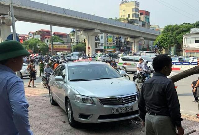 Xế hộp Camry tông liên hoàn trên phố Hà Nội, 2 người bị thương - Ảnh 1.