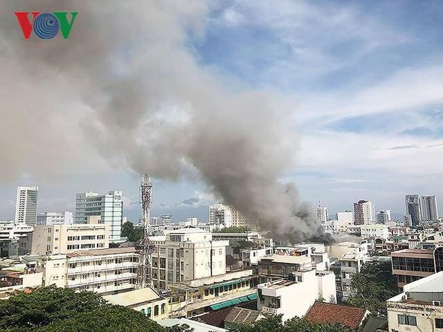 Hiện trường vụ cháy lớn, khói đen bốc cao hàng mét giữa TP Đà Nẵng - Ảnh 11.