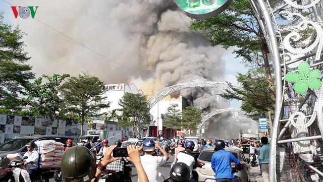 Hiện trường vụ cháy lớn, khói đen bốc cao hàng mét giữa TP Đà Nẵng - Ảnh 12.