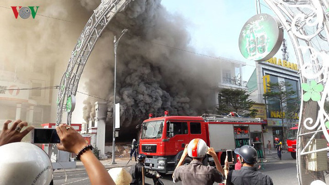 Hiện trường vụ cháy lớn, khói đen bốc cao hàng mét giữa TP Đà Nẵng - Ảnh 13.