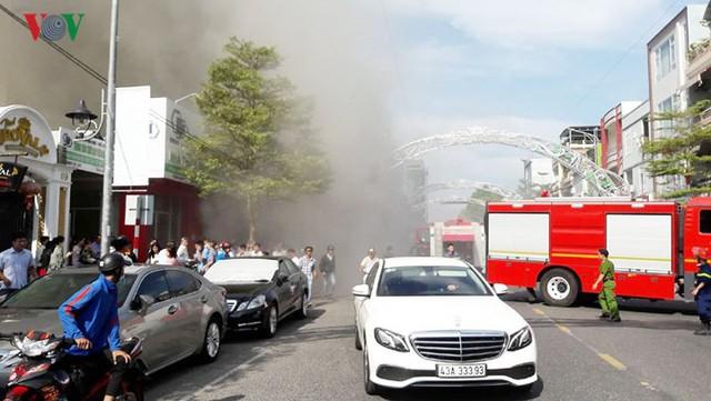 Hiện trường vụ cháy lớn, khói đen bốc cao hàng mét giữa TP Đà Nẵng - Ảnh 14.