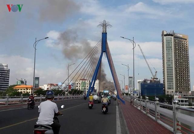 Hiện trường vụ cháy lớn, khói đen bốc cao hàng mét giữa TP Đà Nẵng - Ảnh 15.