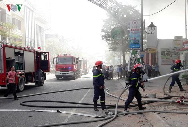 Hiện trường vụ cháy lớn, khói đen bốc cao hàng mét giữa TP Đà Nẵng - Ảnh 3.