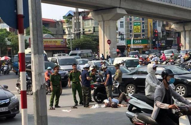 Xế hộp Camry tông liên hoàn trên phố Hà Nội, 2 người bị thương - Ảnh 3.