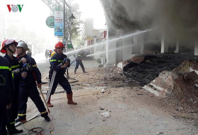 Hiện trường vụ cháy lớn, khói đen bốc cao hàng mét giữa TP Đà Nẵng - Ảnh 4.