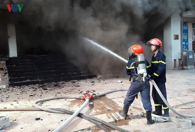 Hiện trường vụ cháy lớn, khói đen bốc cao hàng mét giữa TP Đà Nẵng - Ảnh 5.