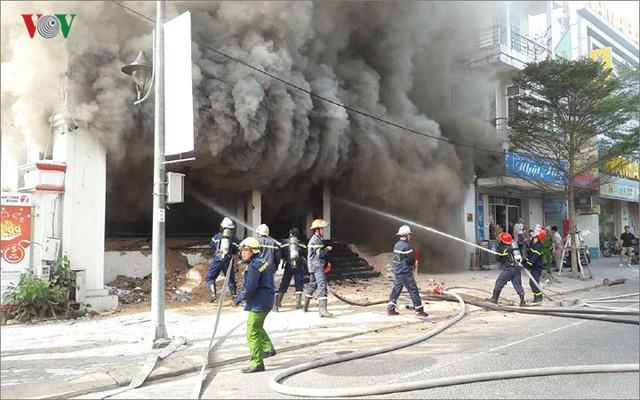 Hiện trường vụ cháy lớn, khói đen bốc cao hàng mét giữa TP Đà Nẵng - Ảnh 6.