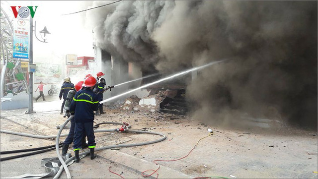 Hiện trường vụ cháy lớn, khói đen bốc cao hàng mét giữa TP Đà Nẵng - Ảnh 7.