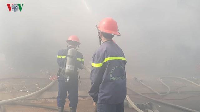 Hiện trường vụ cháy lớn, khói đen bốc cao hàng mét giữa TP Đà Nẵng - Ảnh 8.