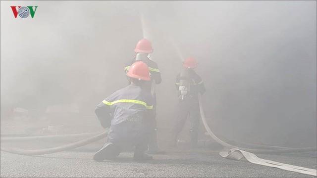 Hiện trường vụ cháy lớn, khói đen bốc cao hàng mét giữa TP Đà Nẵng - Ảnh 10.