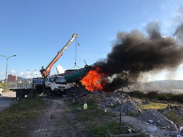 Vì sao TP Hạ Long thiêu hủy tàu bán hàng rong trên vịnh? - Ảnh 1.