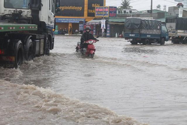 Đồng Nai: Mưa như trút nước, quốc lộ 51 biến thành sông - Ảnh 2.