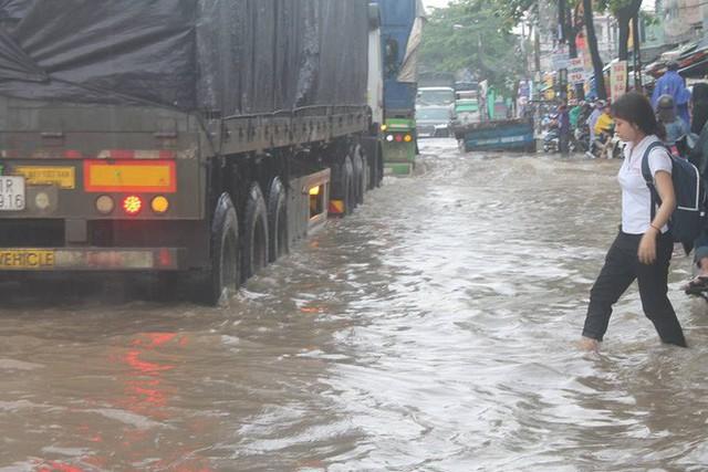 Đồng Nai: Mưa như trút nước, quốc lộ 51 biến thành sông - Ảnh 3.