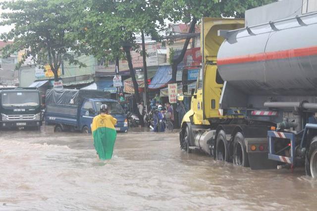 Đồng Nai: Mưa như trút nước, quốc lộ 51 biến thành sông - Ảnh 4.