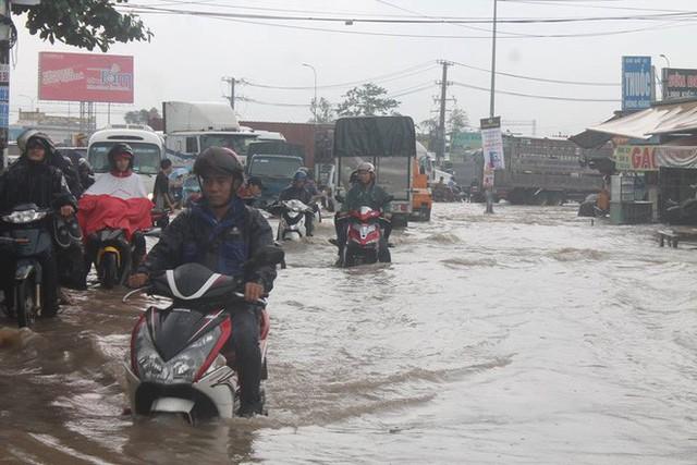 Đồng Nai: Mưa như trút nước, quốc lộ 51 biến thành sông - Ảnh 5.