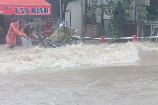 Đồng Nai: Mưa như trút nước, quốc lộ 51 biến thành sông - Ảnh 8.