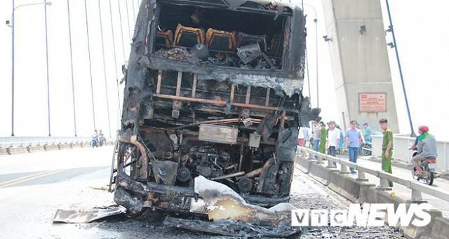 Ảnh: Hiện trường xe khách giường nằm cháy trơ khung trên cầu Bính, Hải Phòng - Ảnh 1.