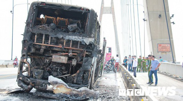 Ảnh: Hiện trường xe khách giường nằm cháy trơ khung trên cầu Bính, Hải Phòng - Ảnh 2.