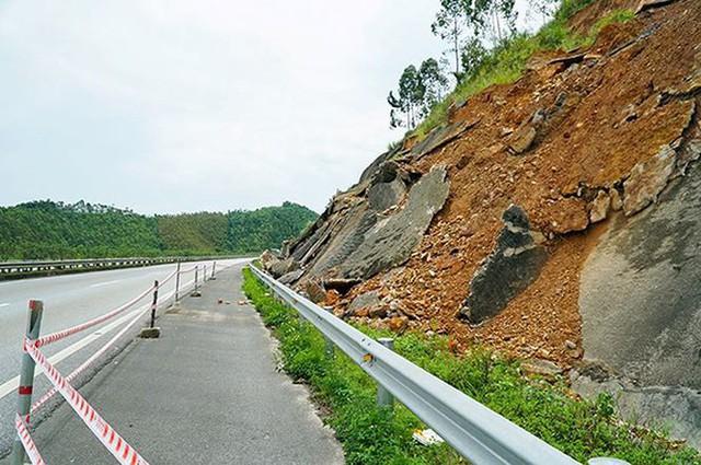 Cận cảnh sạt lở nghiêm trọng trên cao tốc Nội Bài - Lào Cai   - Ảnh 3.